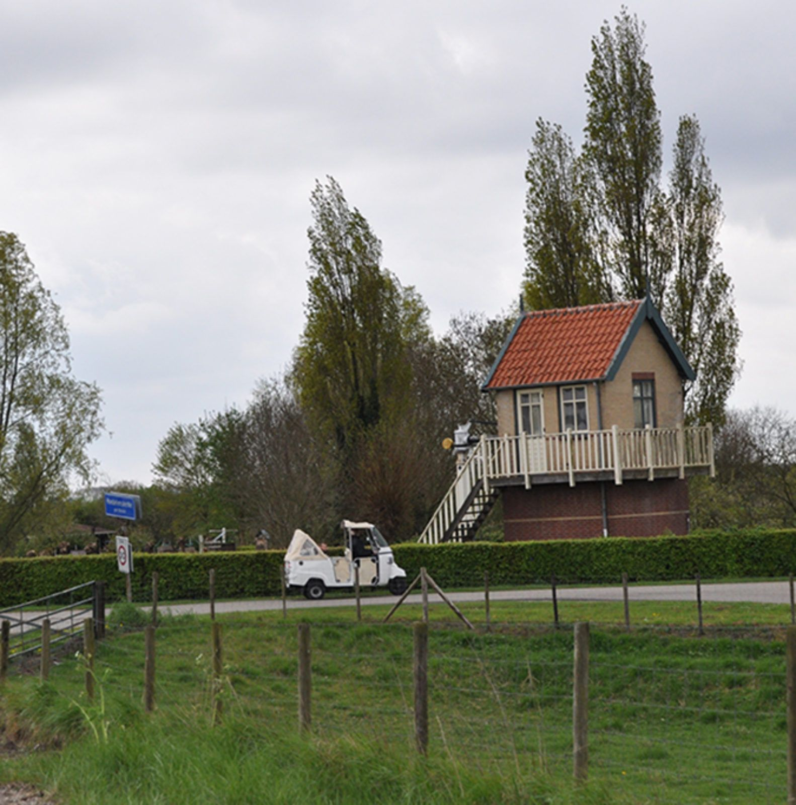 Tuk_bij_stoomtrein_Hoedekenskerke